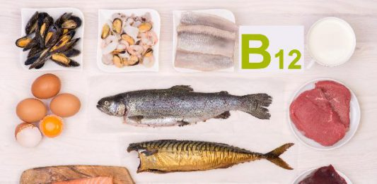 Jak objawia się niedobór witaminy B12?